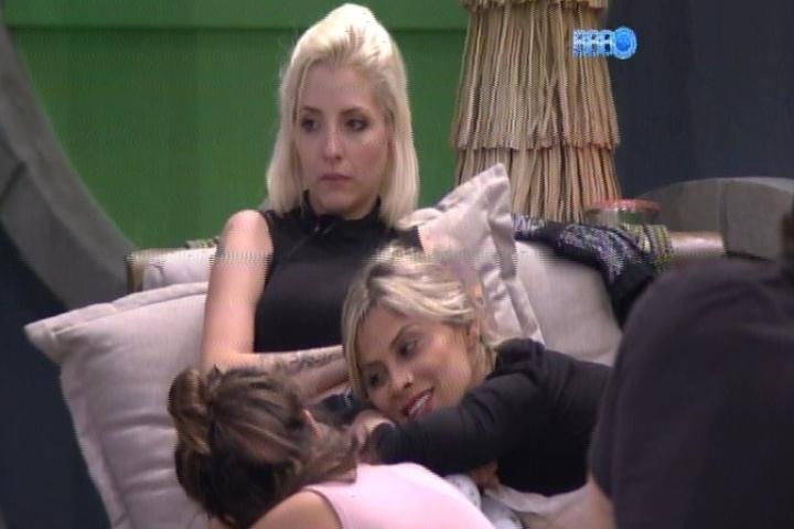 """20.jan.2014 - Clara e Vanessa prometem """"banho sensual"""" caso fiquem até o final do programa"""