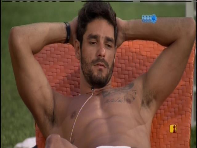 20.jan.2014 - Diego conversa na varanda