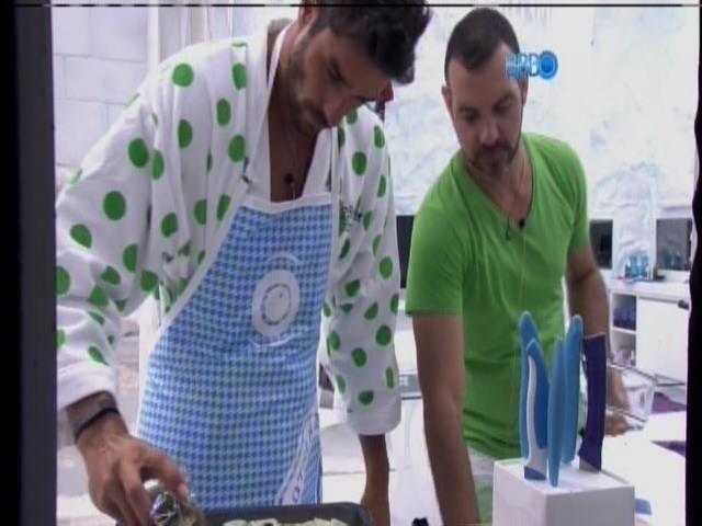 20.jan.2014 - Diego e Vagner preparam comida na cozinha da Sibéria