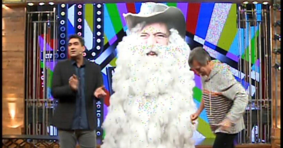 20.jan.2014 - José de Abreu e Zeca Camargo se divertem com boneco gigante de Nilo