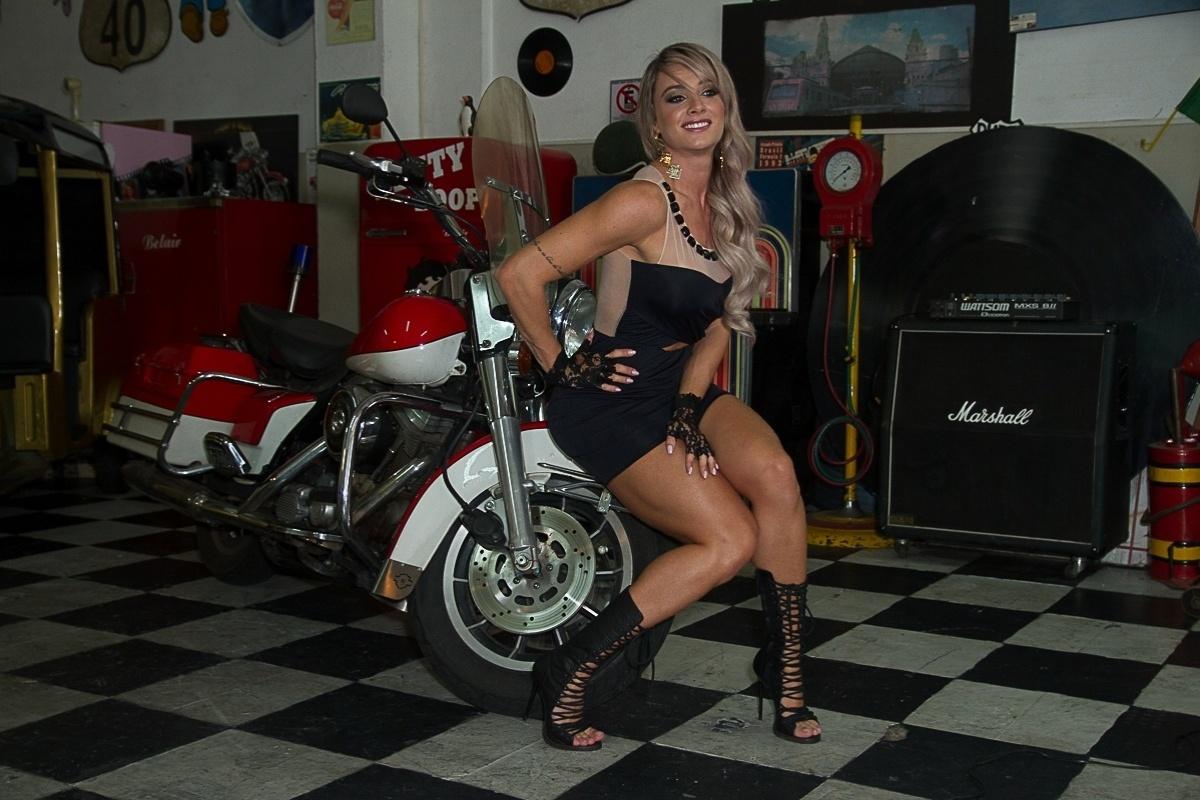 20.jan.2014 - Juju Salimeni fez ensaio para uma marca de roupas femininas. As fotos foram feitas em um galpão de carros antigos no bairro do Tatuapé, em São Paulo