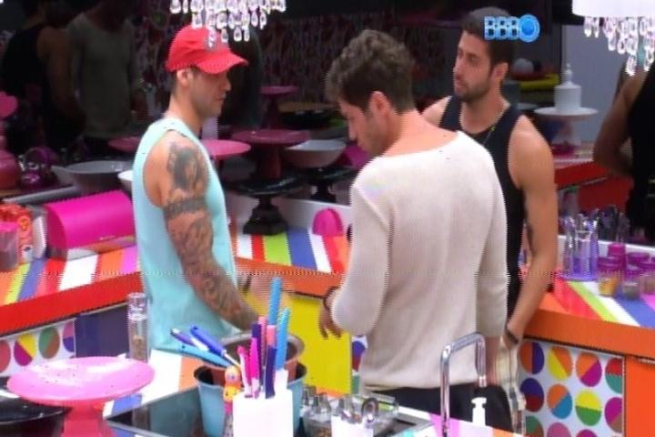 20.jan.2014 - Rodrigo, Roni e Marcelo discutem a formação do terceiro paredão