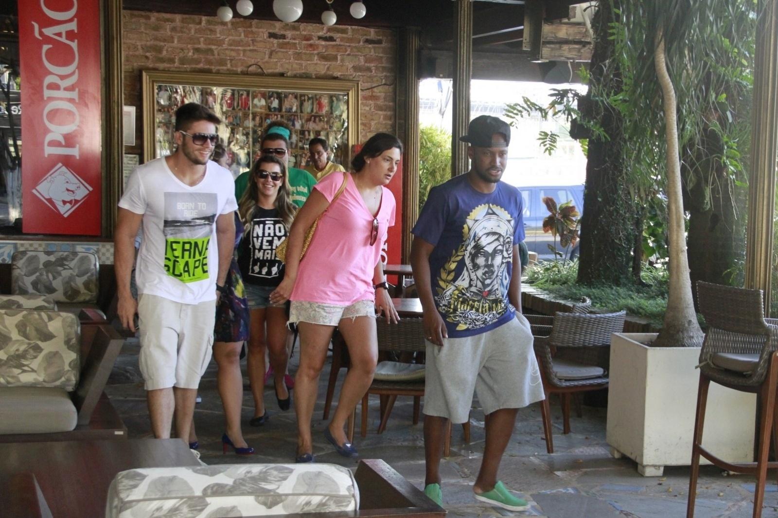 20.jan.2014 - Thiaguinho e Fernanda Souza compareceram ao aniversário de 19 anos de Francisco, filho de Preta Gil, que foi comemorado em uma churrascaria do Rio