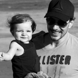 Fabian, marido de Clara, com o filho, Max