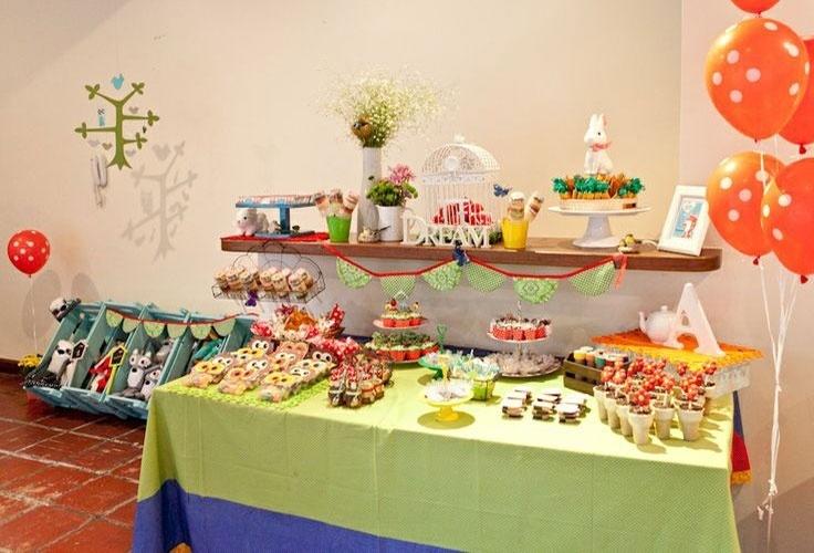 A designer Sandy Bahia usou vasos e suportes, entre outros itens de louça, seus para compor a decoração da festa de um ano da filha, Alice