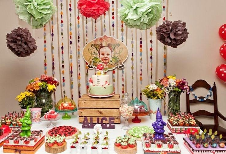 O painel atrás da mesa principal da festa foi a última coisa que a designer Sandy Bahia decidiu na hora de montar a festa de um ano da filha.