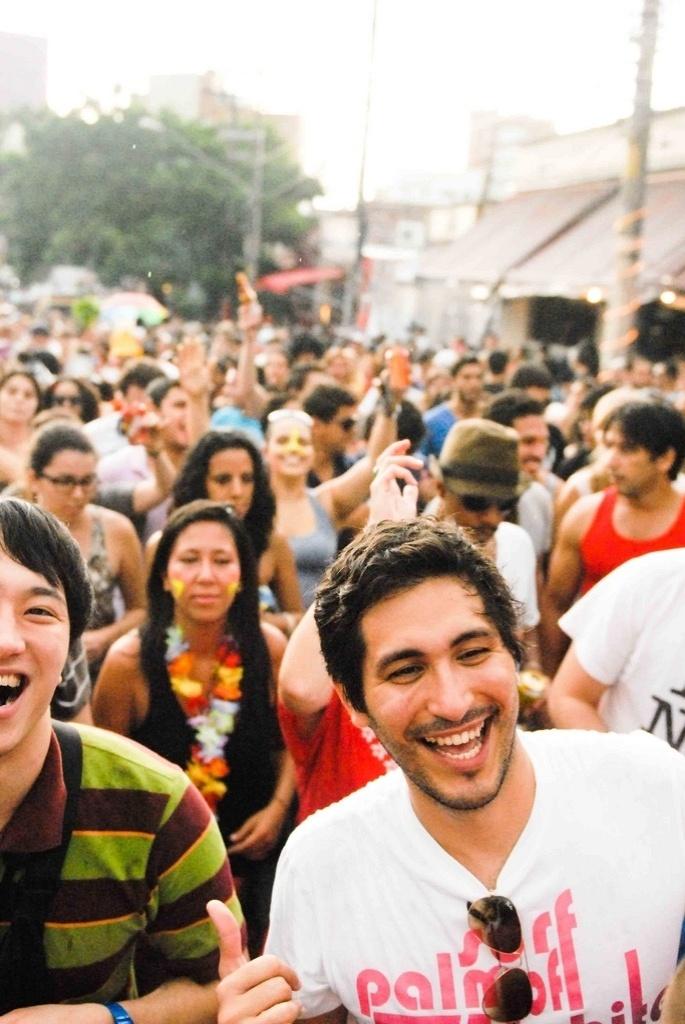 Fev. 2013 - Público brinca durante desfile com o cordão Kolombolo no Carnaval 2013, na Vila Madalena, em São Paulo