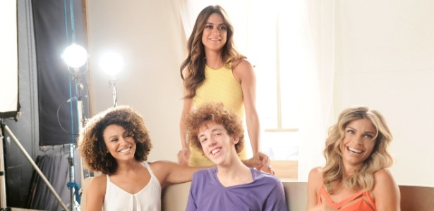 O ator João Côrtes rodeado pelas atrizes Sheron Menezzes, Thaila Ayala e Grazi Massafera
