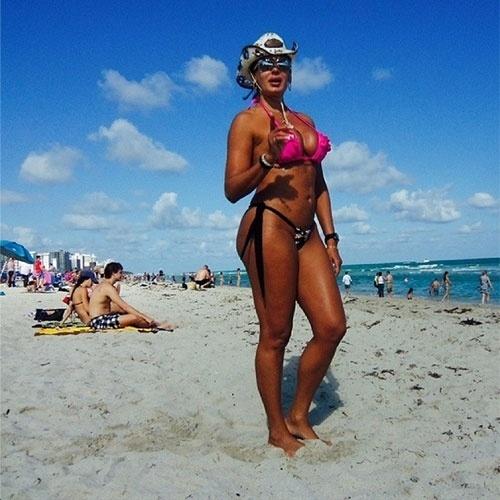 20.jan.2014 - A modelo Ângela Bismarchi está curtindo a praia em Miami, mas reclamou que só encontrou pessoas