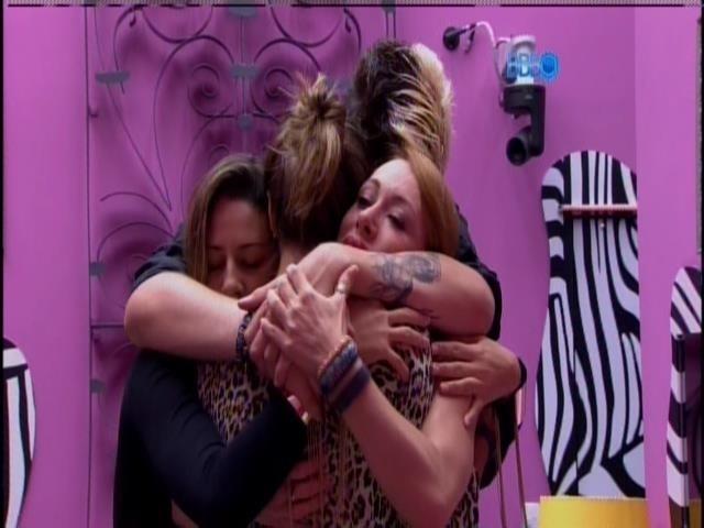20.jan.2014 - Aline, Angela, Princy e Cássio se abraçam