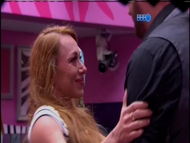 20.jan.2014 - Aline recebe o apoio de Cássio, após a votação