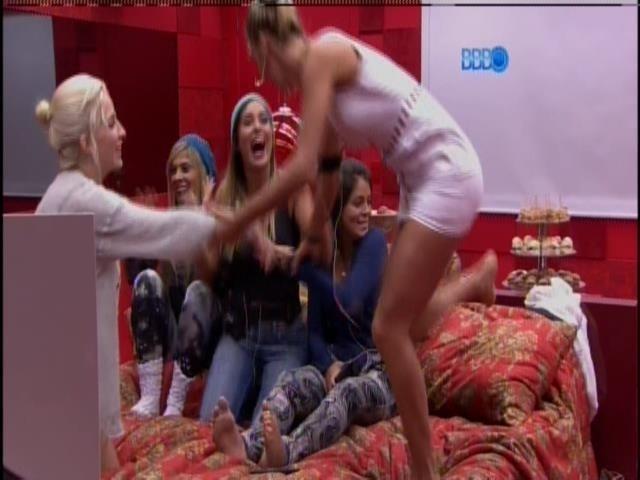 20.jan.2014 - As meninas pulam na cama