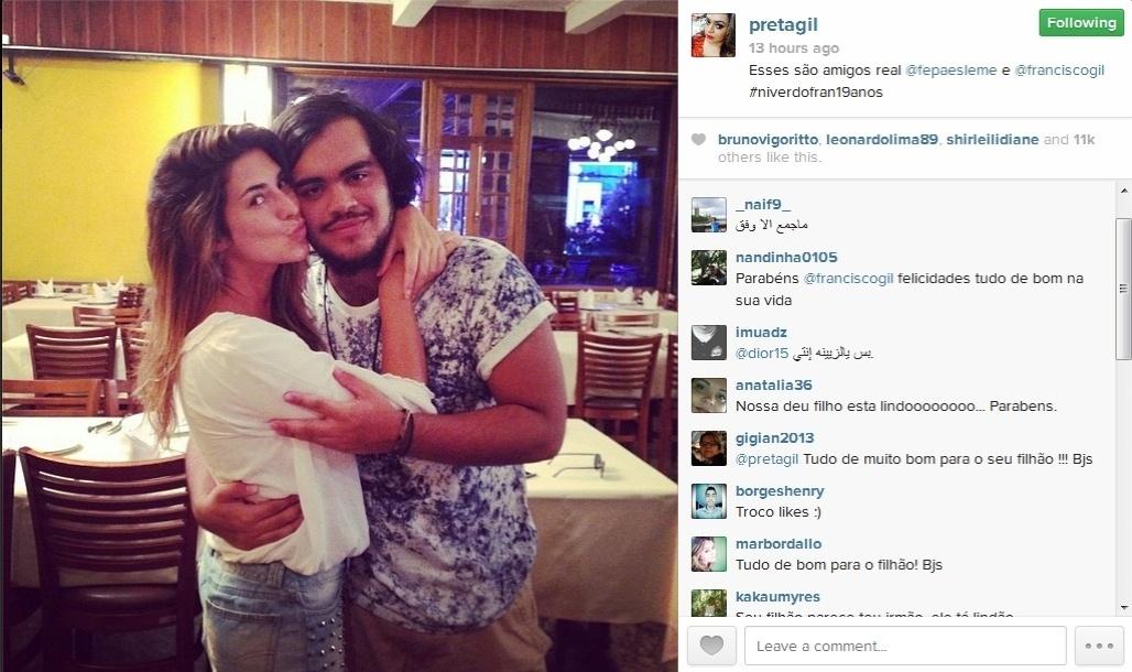 20.jan.2014 - Preta Gil publicou foto do filho, Francisco, ganhando um beijo de Fernanda Paes Leme em sua festa de aniversário de 19 anos em uma churrascaria no Rio de Janeiro