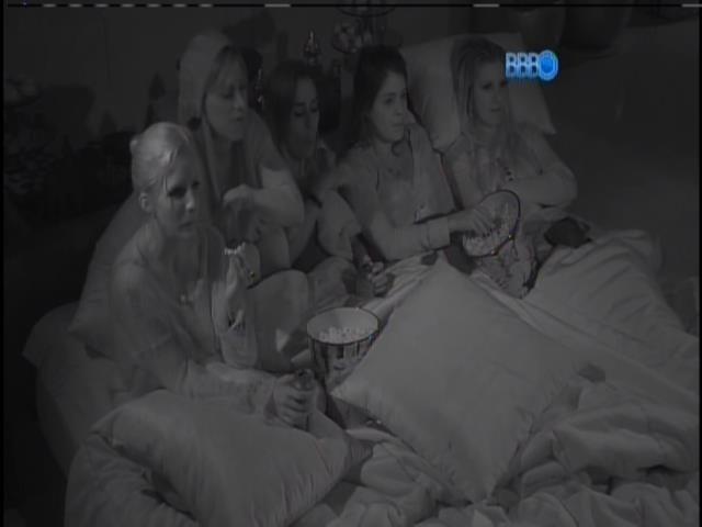 20.jan.2014 - Tatiele, Bella, Clara, Vanessa e Leticia começam a assistir