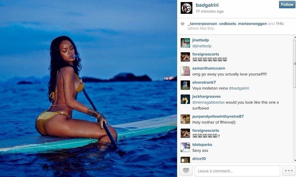 21.jan.2013 - Rihanna divulgou imagens onde aparece praticando stand up paddle em sua passagem pelo Brasil