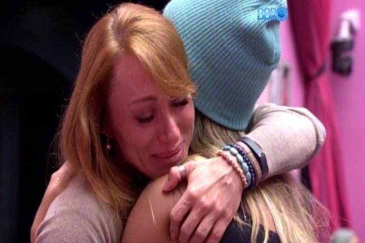 21.jan.2014 - Aline chora e diz que perdoa Letícia por ter votado nela