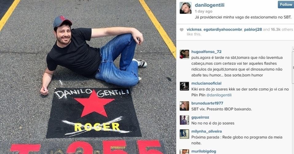 21.jan.2014 - Danilo Gentili fez piada com vaga no estacionamento nas dependências do SBT. O humorista, novo contratado da emissora, riscou o nome do cantor Roger e escreveu o seu, com giz