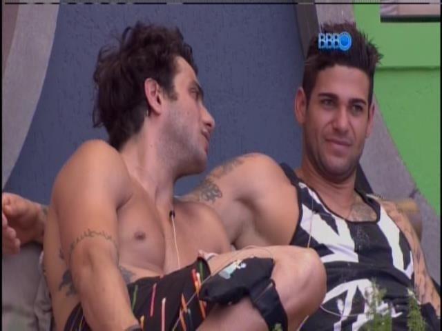 21.jan.2014 - Depois de passar a manhã inteira isolado dentro da casa, Rodrigo se junta aos brothers na varanda