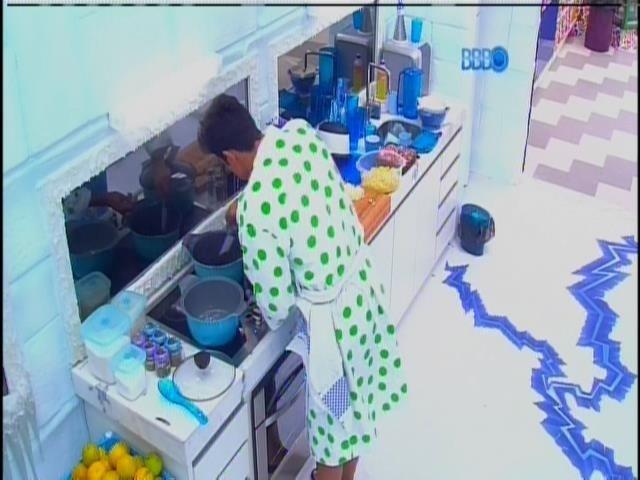 21.jan.2014 - Diego ficou com a responsabilidade de preparar o almoço na cozinha da Sibéria