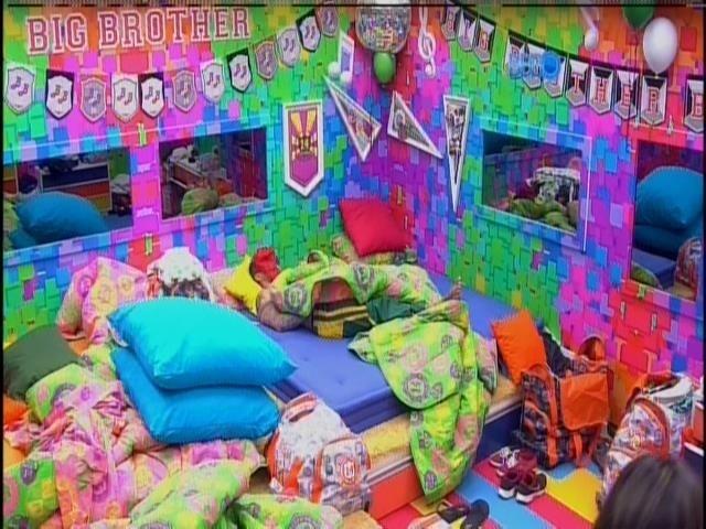 21.jan.2014 - Enquanto a galera se diverte na piscina, Rodrigo fica sozinho no quarto festa