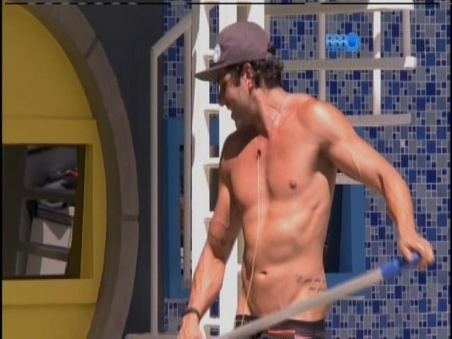 21.jan.2014 - Junior exibe o tanquinho enquanto limpa a piscina