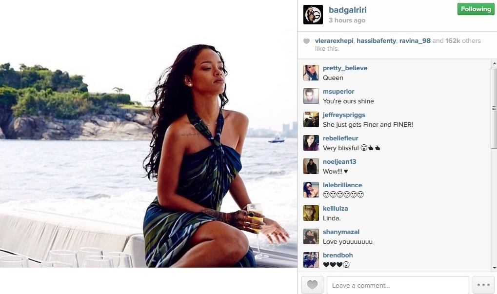 21.jan.2014 - Rihanna publica fotos de seu passeio de iate por sua passagem no Brasil