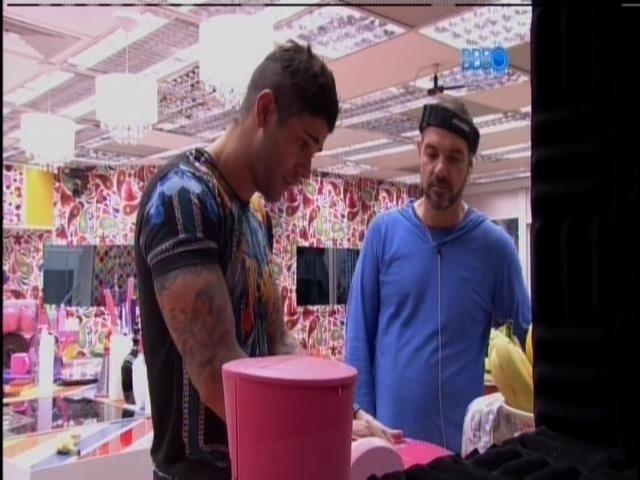 21.jan.2014 - Rodrigo e Vagner conversam na cozinha