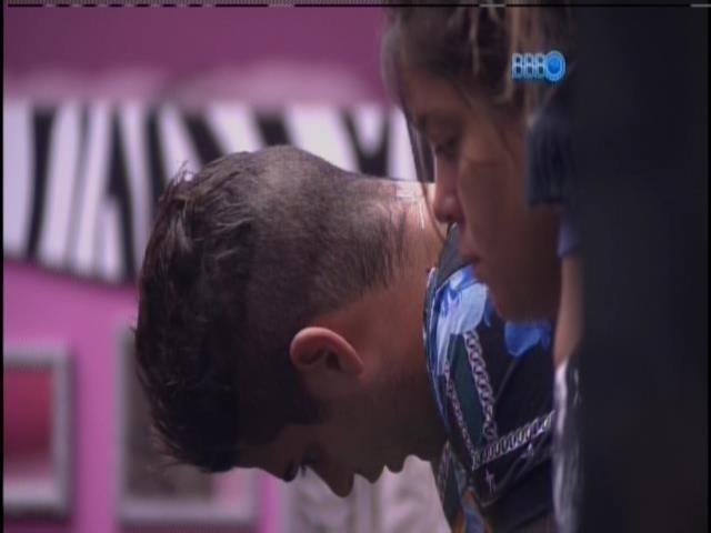 21.jan.2014 - Rodrigo pensativo antes de gravar o vídeo da manhã