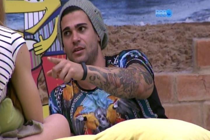 21.jan.2014 - Rodrigo reúne seu grupo para discutir a combinação de votos