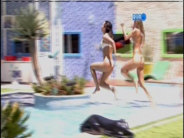 21.jan.2014 - Tatiele Polyana e Letícia brincam na piscina