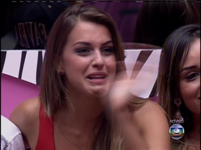 21.jan.2014 Angela se emociona com família