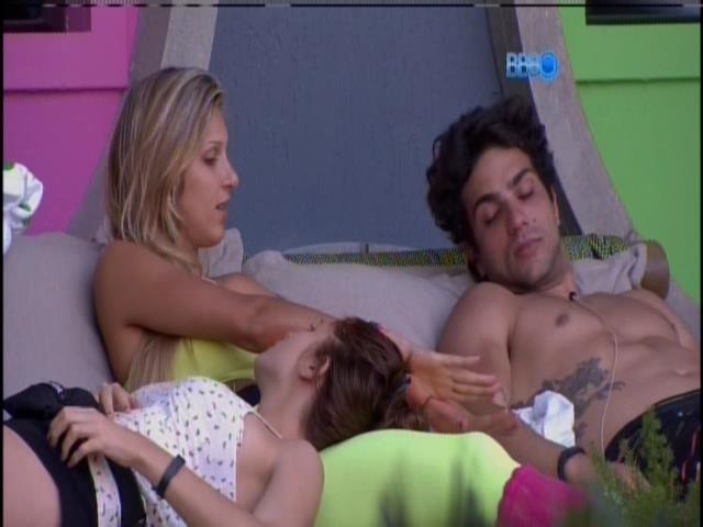 21.jan.2014. Junior, Tatiele e Amanda falam sobre relacionamentos fora do confinamento