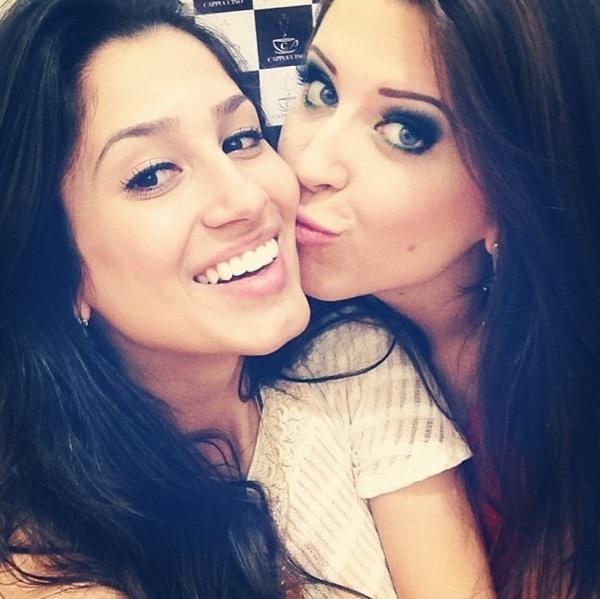 "Andressa, do ""BBB13"", dando beijo na irmã Suellen"