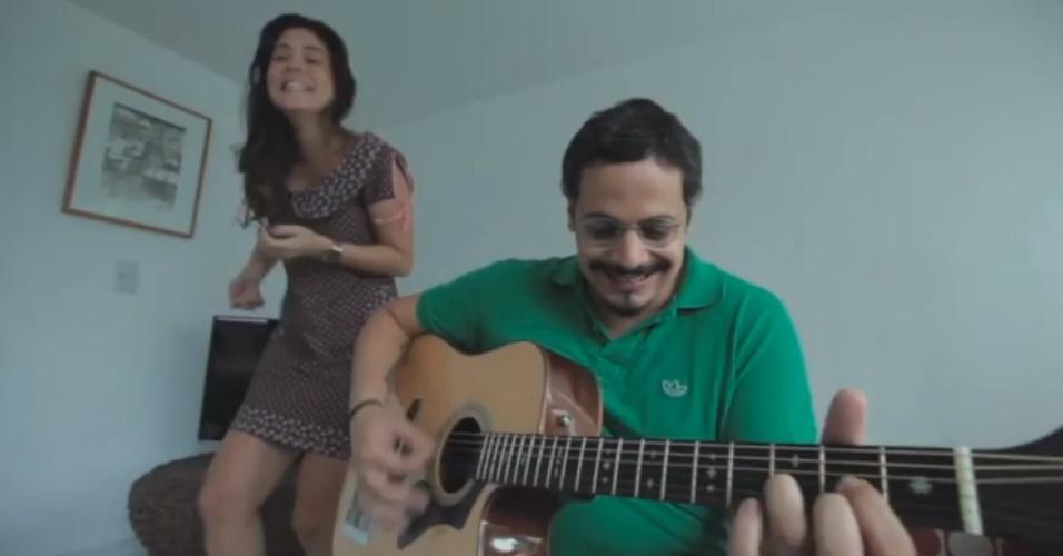 Bella e o marido cantam sua história de amor em vídeo
