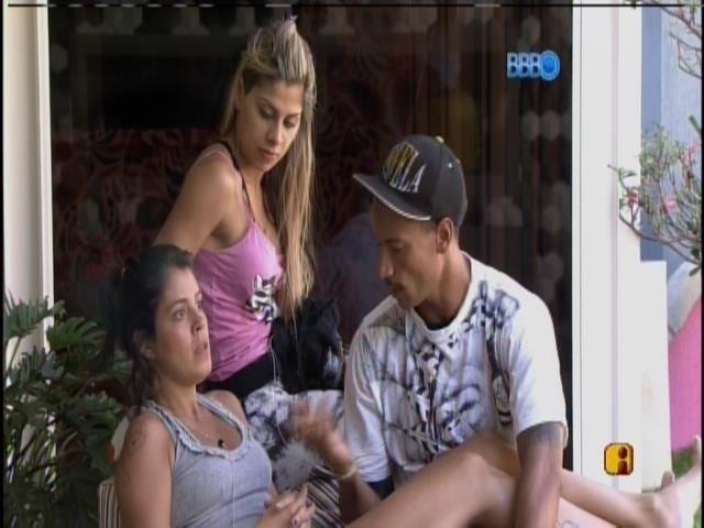 21.jan.2014 - Bella, Vanessa e Valter conversam na varanda