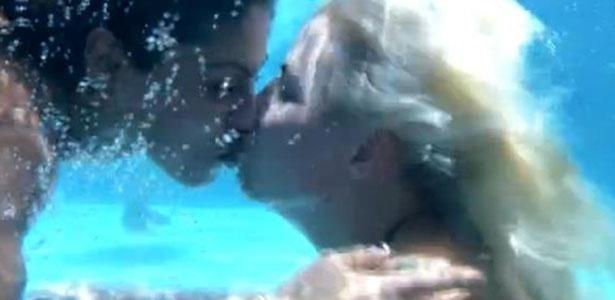 21.jan.2014 - Vanessa e Clara mergulham na piscina e dão um selinho