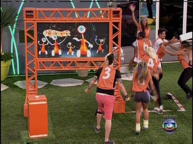 "21.jan.2014. Grupo laranja comemora a vitória e canta a paródia "" Só Sofre"""