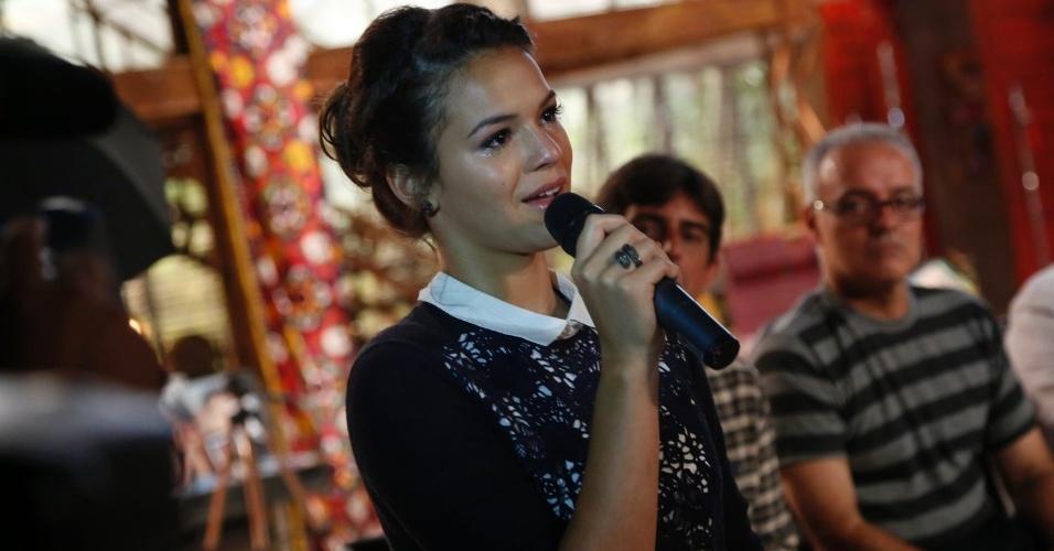"""22.jan.2014 - Atriz Bruna Marquezine chora ao falar sobre Helena e homenagear Manoel Carlos na apresentação da novela """"Em Família"""""""
