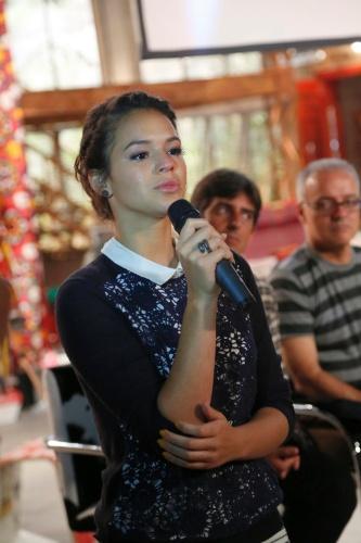 """22.jan.2014 - Atriz Bruna Marquezine chora ao falar sobre Helena na apresentação da novela """"Em Família"""""""