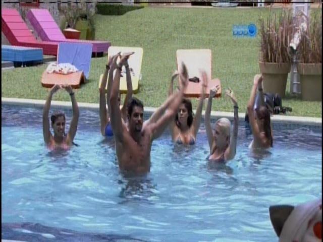 22.jan.2014 - Brothers e sisters fazem coreografia na piscina
