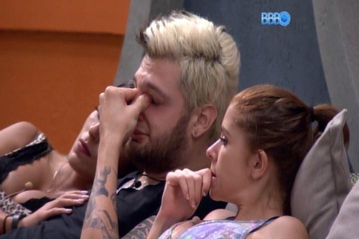 22.jan.2014 - Cássio chora com a eliminação de Rodrigo no terceiro paredão