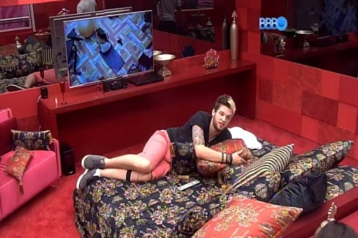 "22.jan.2014 - Cassio, o novo líder do ""BBB14"", curte as mordomias de seu quarto"