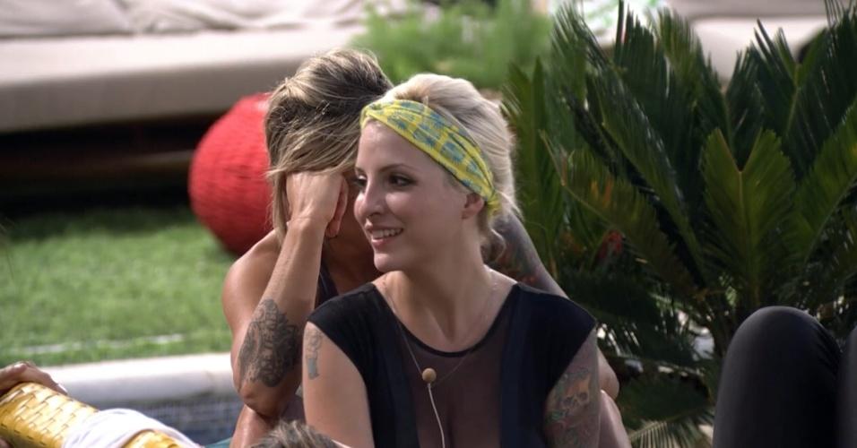 22.jan.2014 - Clara volta a falar em tomar banho nua com Vanessa
