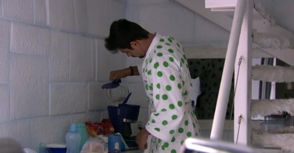 22.jan.2014 - Diego, como de costume, é o primeiro a levantar-se e prepara o café da manhã