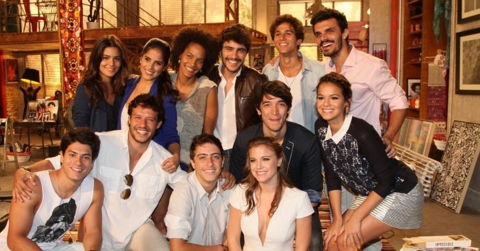 """22.jan.2014 - Elenco jovem de """"Em Família"""" se reúne para foto durante evento de lançamento da novela"""