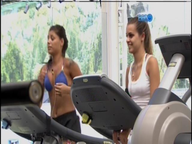 22.jan.2014 - Franciele e Angela se exercitam na academia no fim da manhã desta quarta-feira