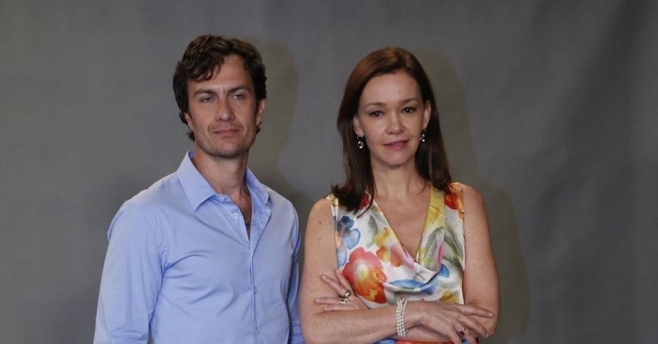 """22.jan.2014 - Gabriel Braga Nunes e Julia Lemmertz posam juntos no evento de lançamento de """"Em Família"""", próxima novela das nove"""