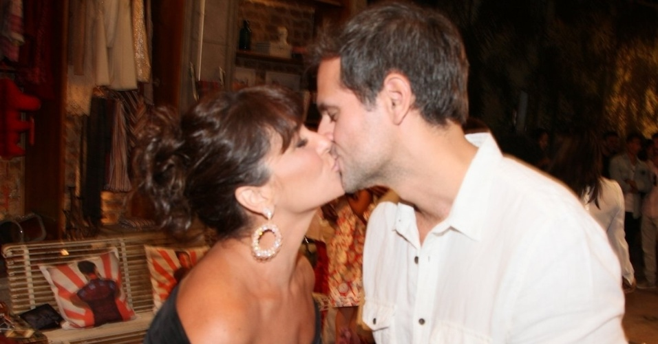 """22.jan.2014 - Giovanna Antonelli beija o marido, o diretor Leonardo Nogueira, na apresentação de """"Em Família"""", a nova novela das nove. Ele é um dos diretores da trama"""