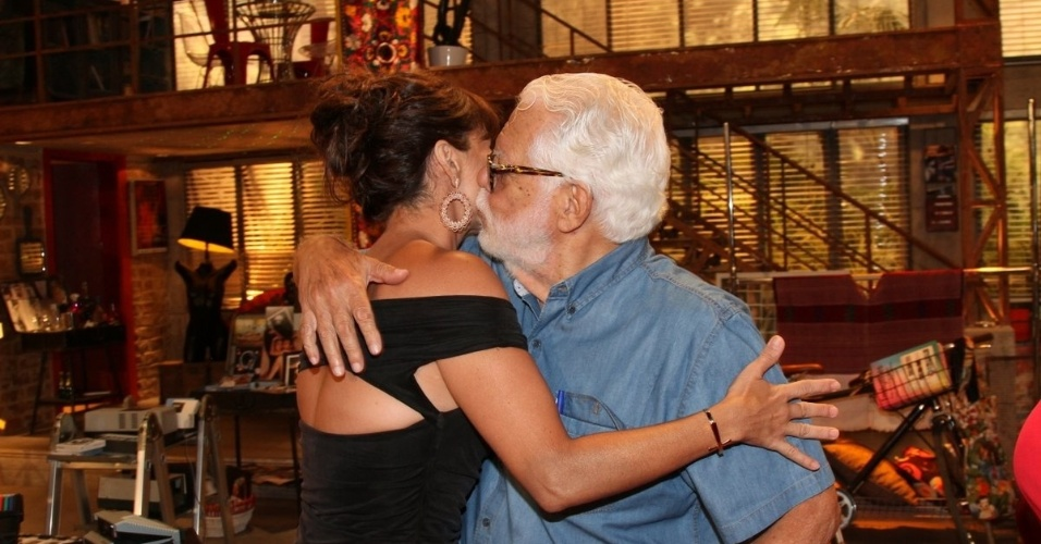 """22.jan.2014 - Giovanna Antonelli recebe beijo do autor Manoel Carlos na apresentação de """"Em Família"""", a nova novela das nove. Na trama, ela será Clara, uma mulher casada que se apaixona por uma fotógrafa"""
