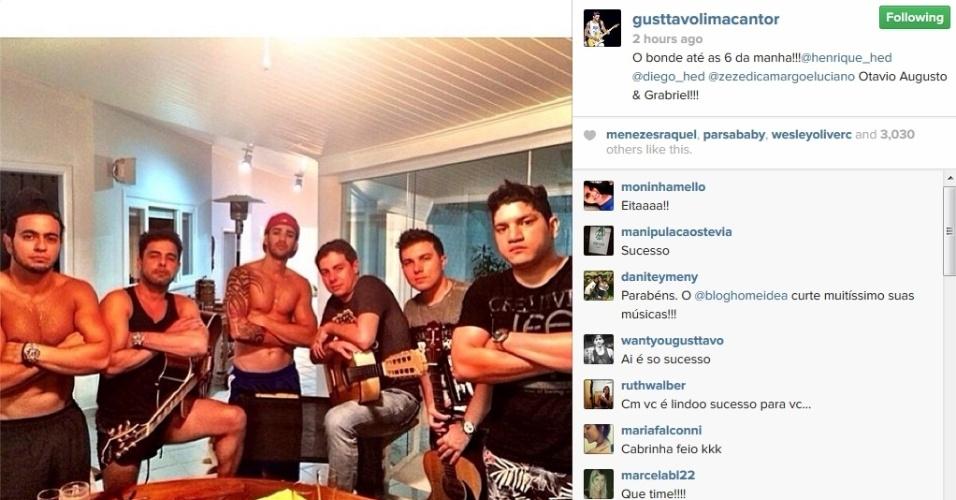 22.jan.2014 - Gusttavo Lima e Zezé di Camargo posam juntos e exibem os músculos definidos